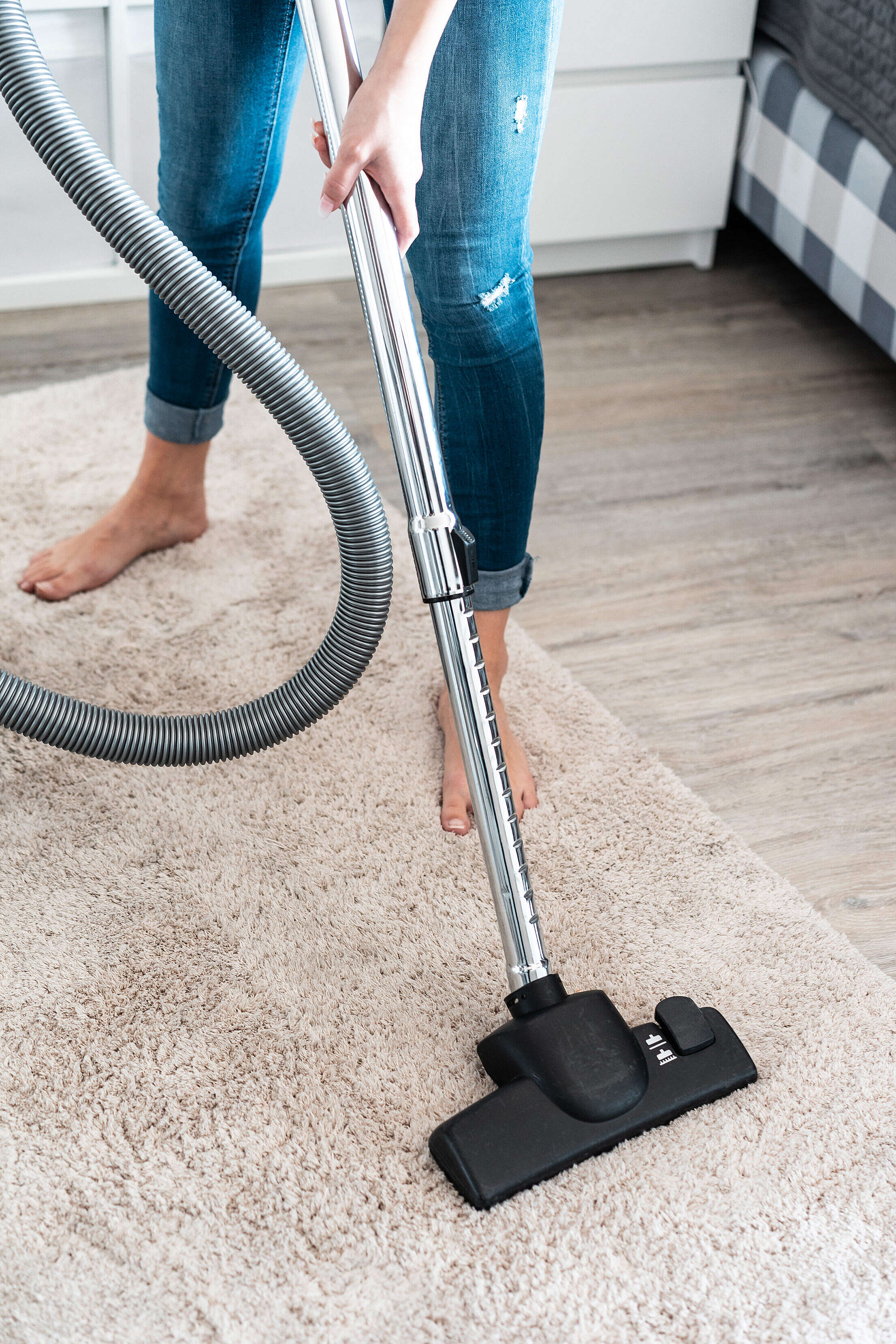 woman-cleaning-vacuuming-the-carpet-at-home-free-photo-2210x3315.jpg (1.02 MB)